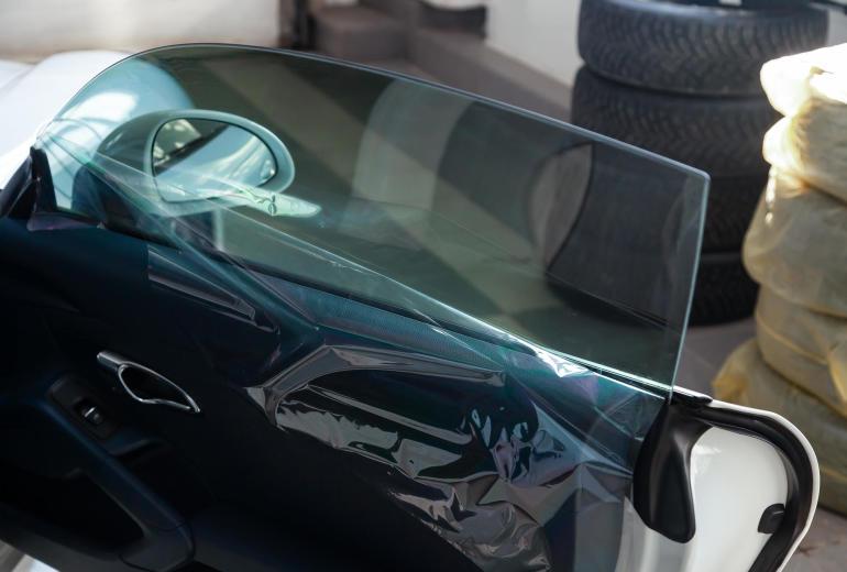 Przyciemnianie szyb w samochodzie. Estetyka i bezpieczeństwo