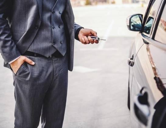 Samochody luksusowe. Kupować czy wypożyczyć?